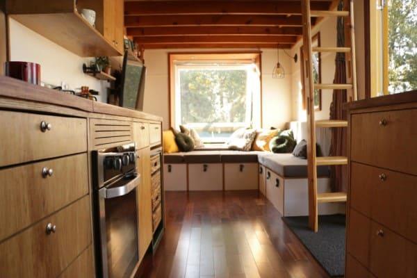 Mini casa com fogão embutido na bancada (foto: Apezinho)