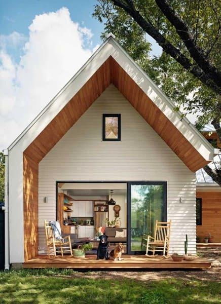 Mini casa com telhado de duas águas e porta de vidro (foto: Decor Fácil)