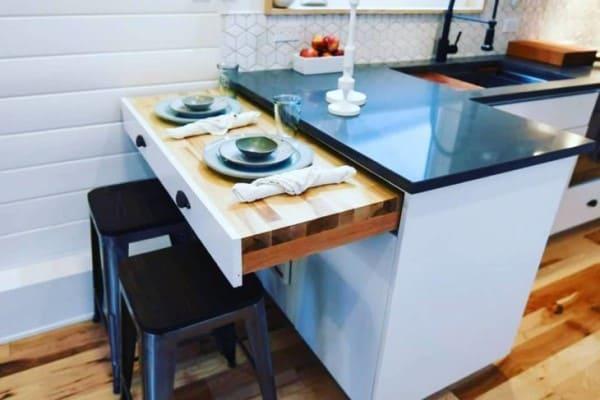Mini casas: bancada com mesa retrátil (foto: @truformtiny)