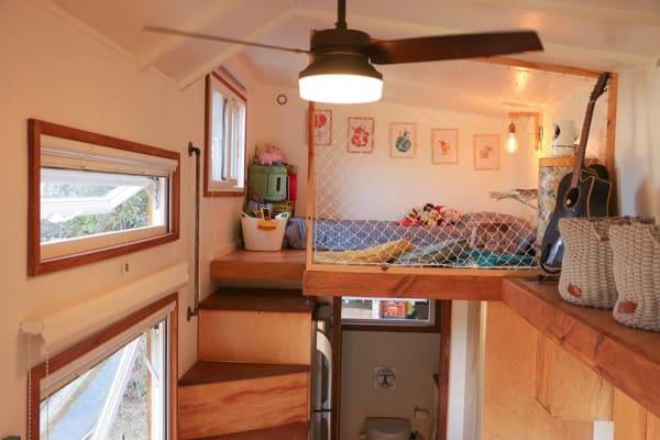 Mini casas cama suspensa com rede evita quedas (foto: Pés Descalços)
