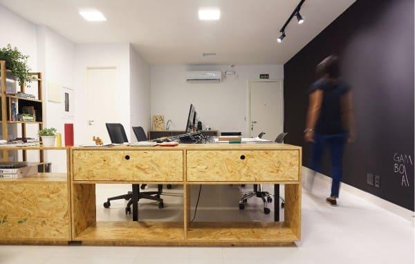 OSB: mesa com gavetas em escritório (foto: Estúdio Gamboa de Arquitetura)