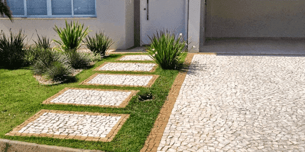 Pedra para calçada: Pedra Portuguesa em caminho com tons neutros traz acolhimento e leveza (foto: Estância Pedras)