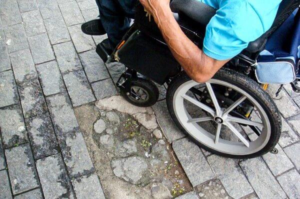Pedra para calçada precisa estar em boas condições para evitar acidentes (foto: Site do Senado/Divulgação)