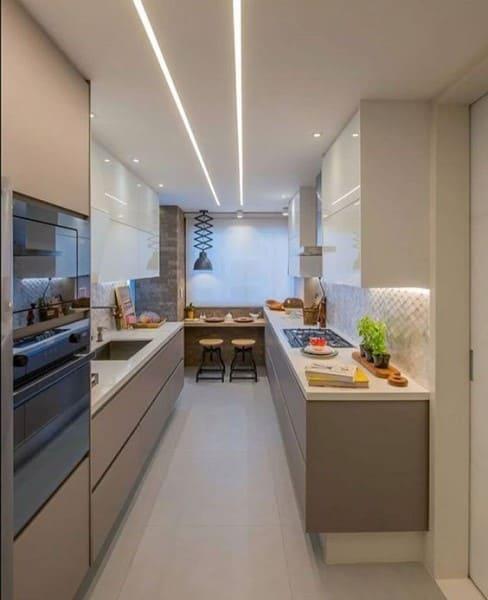 Perfil de LED em cozinha clean (foto: Pinterest)