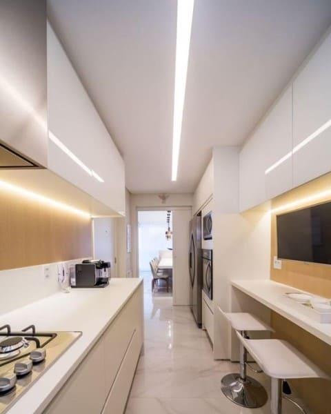Perfil de LED em cozinha moderna (foto: Lumini)