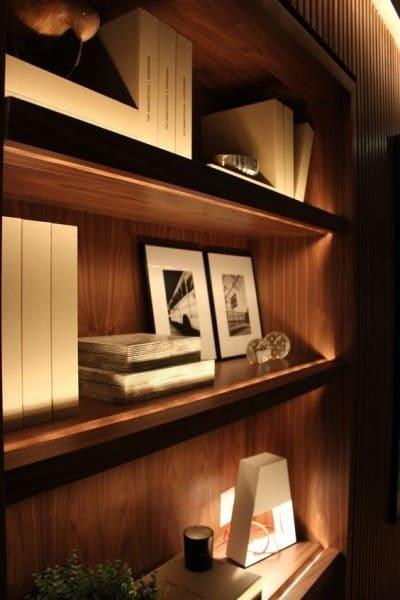 Perfil de LED em estante valoriza objetos (foto: Inlucce)