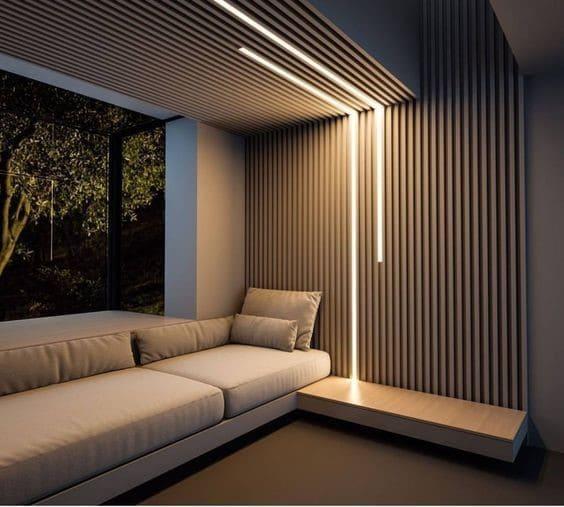 Perfil de led em sala de estar com ripado de madeira (foto: Pinterest)