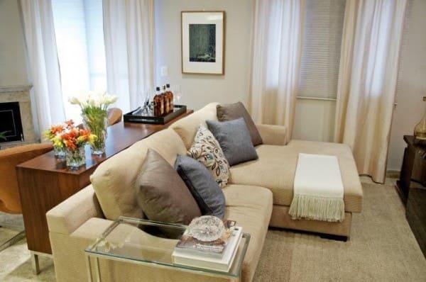 Sofá com chaise de veludo e almofadas de tons neutros (foto: Danyela Corrêa)