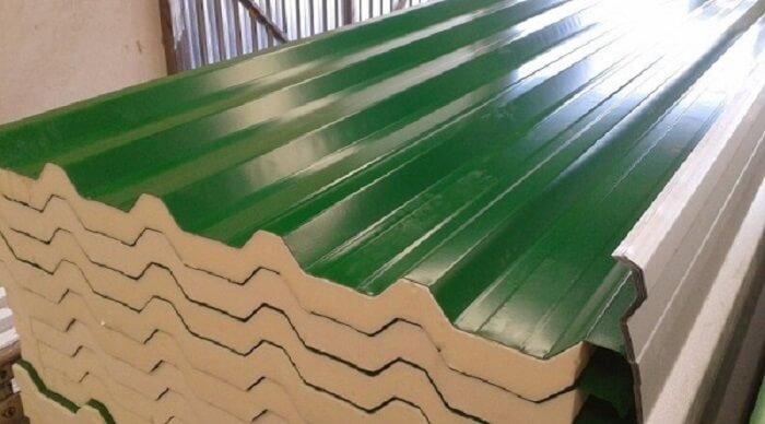 Telha isotérmica com poliuretano e acabamento em verde. Fonte: Global Reforma