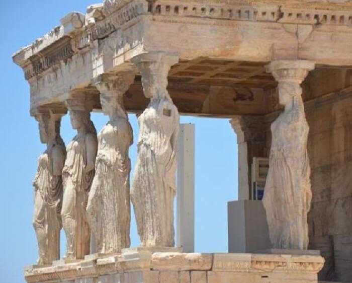 Templos gregos: templo de Erectéion e as cariátides. Foto: História da Arte