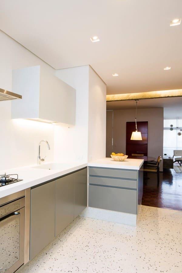 Torneira para cozinha: Torneira de mesa para cozinha com alavanca em bancada branca (foto: A.M Studio Arquitetura)