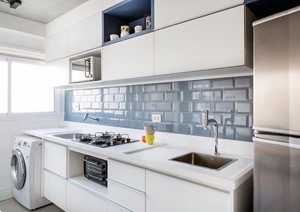Torneira para cozinha em bancada de granito branco e revestimento azul (foto: Revista Viva Decora)