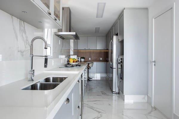 Torneira para cozinha gourmet em bancada branca (foto: Palladino Arquitetura)