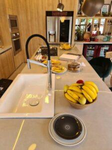Torneira para cozinha misturador monocomando de mesa para cozinha em bancada projeto Murilo Lomas foto Salvador Cordaro