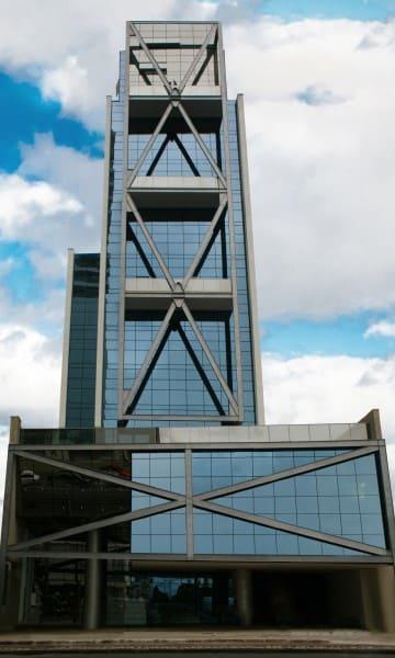 Vidro refletivo em fachada de edifício (foto: Sorttie Marketing & Conteúdo)