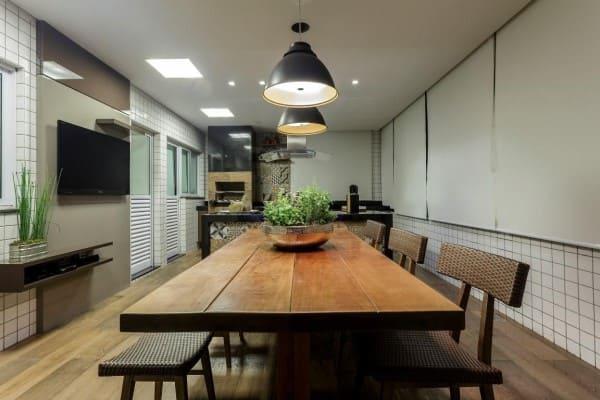 Área gourmet com mesa de madeira de demolição (foto: JANAINA NAVES Design & Arquitetura)