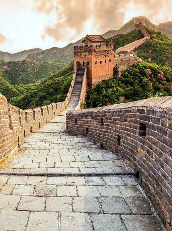 A Muralha da China é considerada uma das Sete Maravilhas do Mundo Moderno. Fonte: Backdrop Outlet