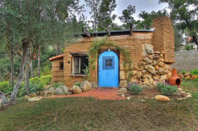 A casa de adobe é uma técnica de bioconstrução. Fonte: Small & Tiny Home Ideas