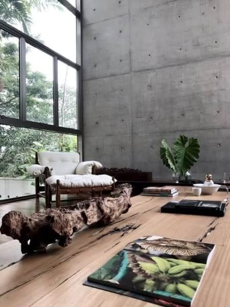Ambiente com mesa de centro de madeira de demolição (foto: Be Ok Arquitetura | Design)