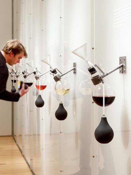 """Arquitetura sensorial: exposição """"Como o vinho se tornou moderno"""" Imagem: via Revista Metropolis /Foto: Matthew Millman"""