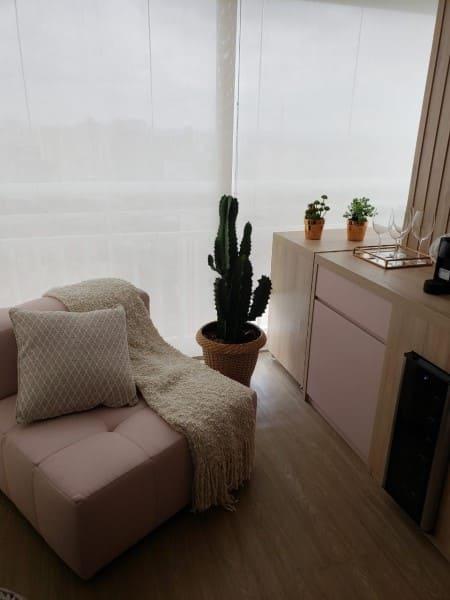 Arquitetura sensorial: poltrona com manta e almofada traz sensação de aconchego (foto: Giovana Ciacco Interiores)
