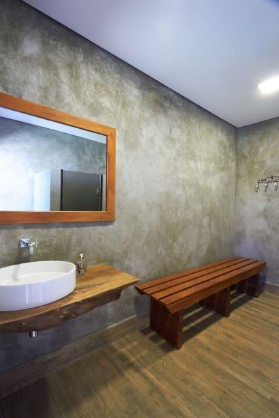 Bancada de madeira de demolição em banheiro com cimento queimado (foto: Piloni Arquitetura)