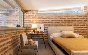 Casa de adobe: é difícil não se encantar pelo toque rústico que o tijolo de adobe traz para o quarto. Fonte: RealTucson