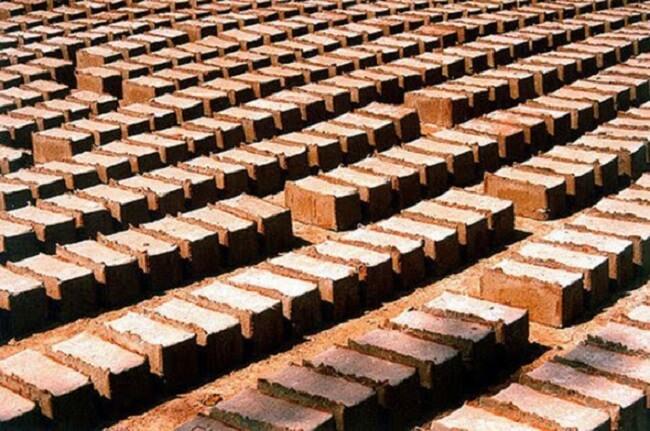 Casa de adobe: Processo de fabricação do tijolo de adobe. Fonte: Cidade de Pirenopolis