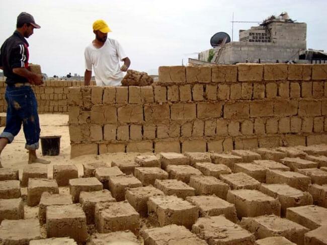 Casa de adobe: a terra ideal para fabricar o adobe tem que ter de 15% a 30% de argila para poder dar uma boa liga. Fonte: Earth Architecture
