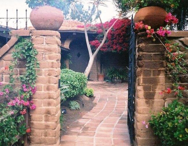 Casa de adobe: a terra para fazer o tijolo não pode ser nem argilosa nem arenosa demais. Fonte: Adobe Home Tour