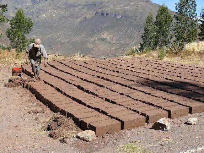 Casa de adobe: essa técnica de construção procura usar a terra do local da construção e não necessita do processo de queima. Fonte: Build Direct