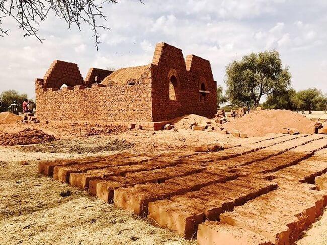 Casa de adobe: o tijolo de adobe é feito basicamente da mistura de terra crua, água e palha prensada em moldes e secada ao sol. Fonte: Inhabitat