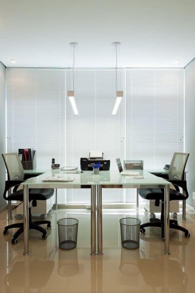 Cortina para escritório persiana branca deixa o ambiente moderno (foto: Carolina Danielian)