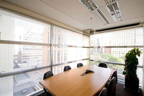 Cortina para escritório horizontal persiana branca em sala de reunião (foto: Caio José Andrade)