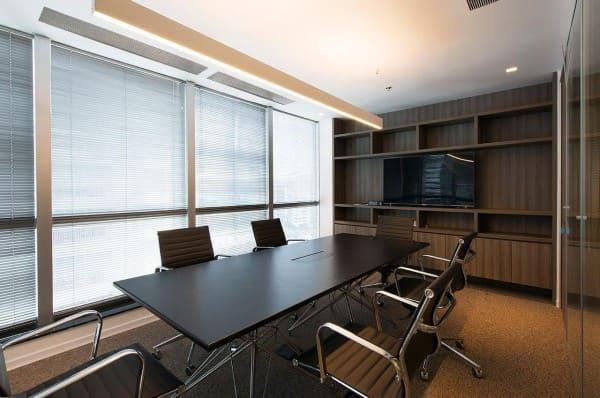 Cortina para escritório horizontal em sala de reunião (foto: Estudio Sespede Arquitectos)