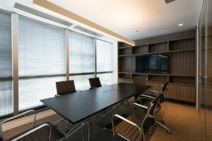 Cortina para escritório persiana em sala de reunião foto Estudio Sespede Arquitectos