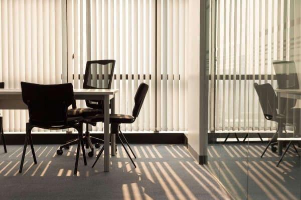 Cortina para escritório: persiana vertical (foto: Fildecor)