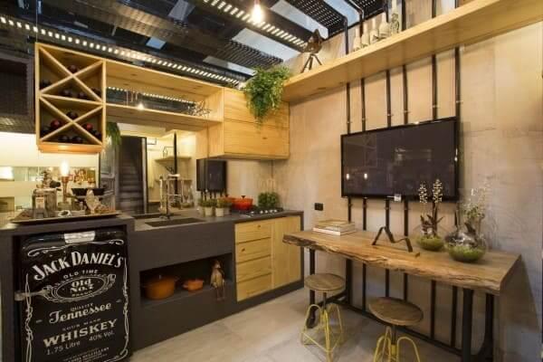 Cozinha com bancada de madeira de demolição e banquetas metálicas amarelas (foto: RBP Arquitetura e Interiores)