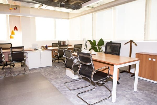 Escritório com piso elevado revestido com placas vinílicas e placas de carpete (foto: Sabrina Carneiro)