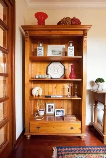 Móveis de madeira de demolição: estante rústica (foto: Liliana Zenaro)