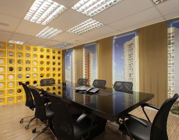 Forro mineral com iluminação em escritório com papel de parede (foto: Sandra Sanches)