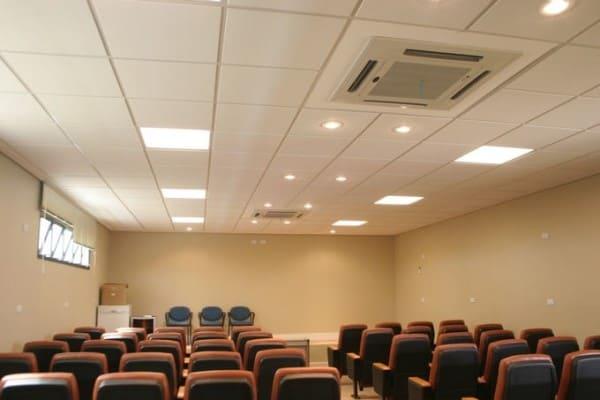 Forro mineral em auditório (foto: Rocher Drywall)