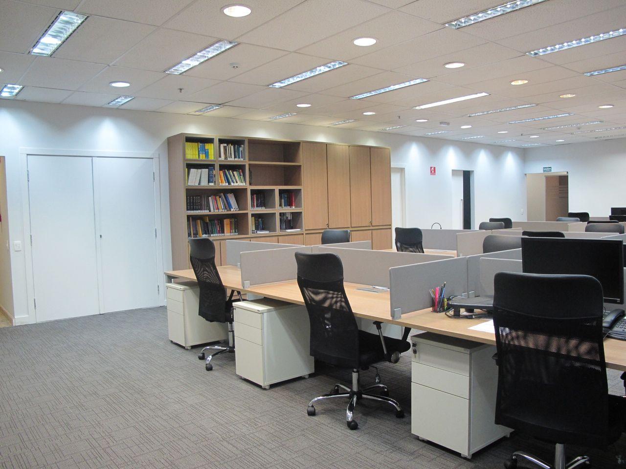Forro mineral em escritório com iluminação embutida (foto: Kharen Gusmão)