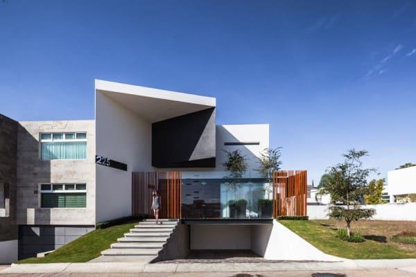 Garagem subterrânea em casa com fachada de vidro (foto: Oscar Hernández)