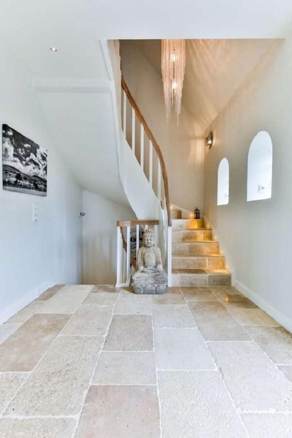 Limestone piso decora o ambiente interno da residência. Fonte: Mylin Interieurs