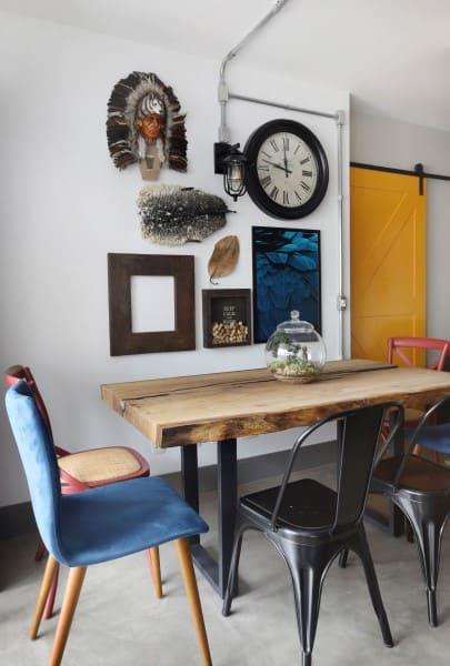 Mesa de madeira de demolição com cadeiras de diferentes modelos (foto: Inside Arquitetura e Design)
