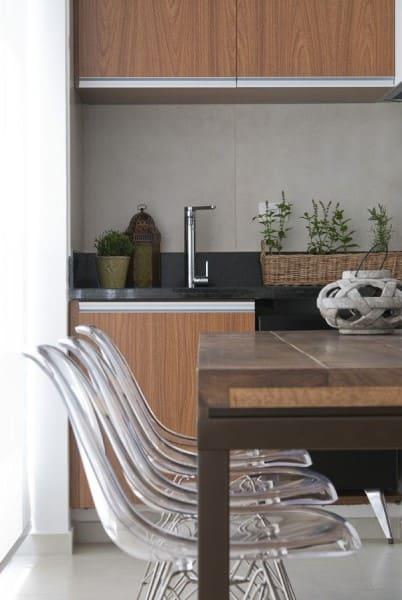 Mesa em madeira de demolição e cadeiras transparentes (foto: D2N Arquitetura + Interiores)