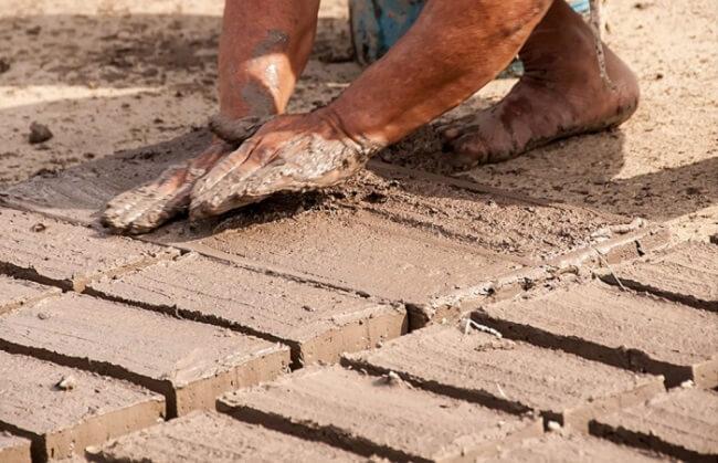 O tijolo de adobe é uma alternativa na construção e substitui o tijolo de cerâmica ou de concreto. Fonte: The Ofy