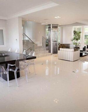 Salas integradas por porcelanato grande claro. Fonte: Decor Fácil