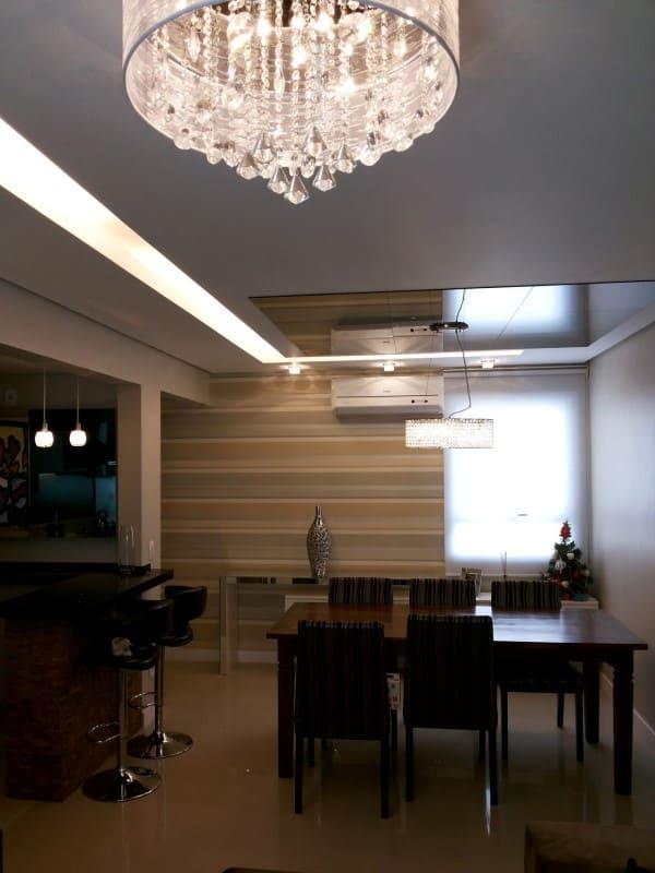 Sanca com LED e lustre de cristal em sala de jantar (foto: Daiana Arnold)